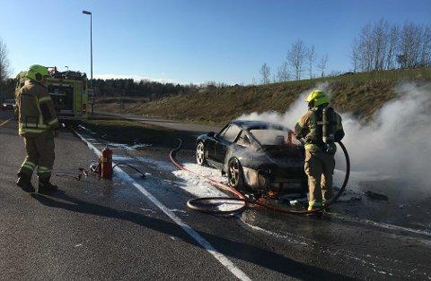Bilen var overtent da brannmannskapene kom frem.