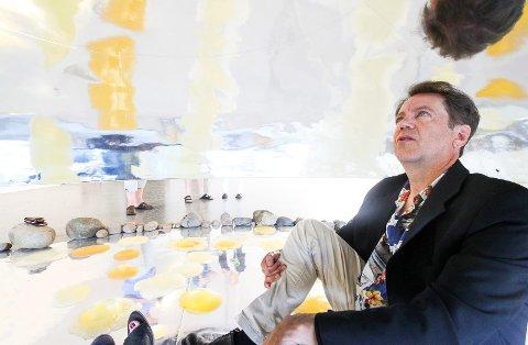 MIKROBER: Ett av kunstverkene i utstillingen «Alienation» er å krabbe inn i en sølvfarget UFO-lignende gjenstand, noe Dag Sveinar – Punkt Ø-direktør – har gjort her.