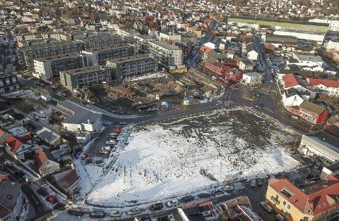 REDEGJØR: Liv Leirstein om bygge- og utvekslingsprosjektet i dette området på det tidligere glassverket.
