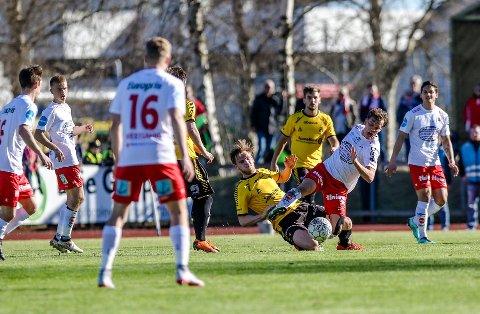 KRIGER: Henrik Stokkebø (24) håper å kunne takle på denne måten mot FFK søndag, slik han gjorde på Melløs i 2018.