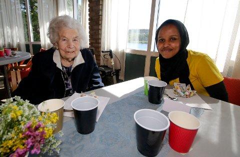 LIVSGLEDE: Samira Seleman (21) og Karin Aasekjær (92) hygget seg og pratet sammen ved festbordet. SVEIP OVER OG SE FLERE BILDER.
