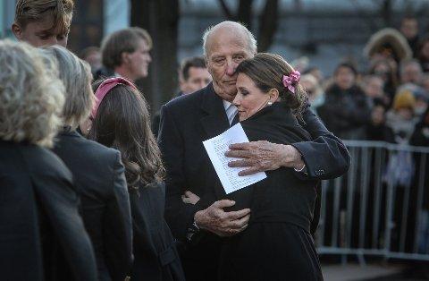 – Vi har tre barnebarn som har mistet faren sin, så det vil ta sin tid, sier Kong Harald om tiden etter Ari Behns dødsfall.