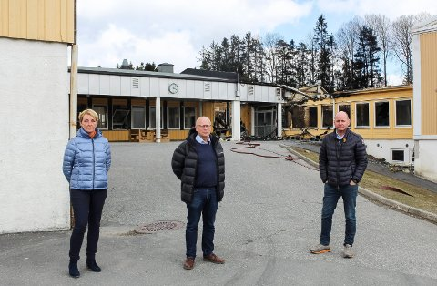 TRIST SYN: Kommunalsjef Unn West, kommunedirektør Ivar Nævra og ordfører Reidar Kaabbel på brannstedet dagen etter at Våler ungdomsskole ble totalskadet i brann.