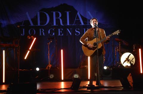 UTE PÅ TURNE: Fredag kveld spilte Adrian Jørgensen for utsolgt publikum på hjemmebane i Nærøysund kulturhus.