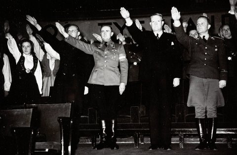 NS-minister Axel Stang (til venstre) viser nazihilsen i forbindelse med et besøk i Oslo i begynnelsen av februar 1941, da Hitlerjugend-sjef, Artur Axmann, var i landet. Til venstre for Axmann, står Vidkun Quisling og sjefen for den tyske «Einsatzstab», Paul Wegener.