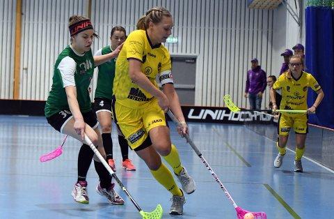 KAPTEIN: Klara Löfgren har fått kapteinsbindet, og har gjort det bra hittil. Lørdag ble hun kåret til Tunets beste spiller etter to mål og to assist.