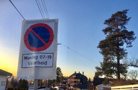 VÅRTEGN: Vårrengjøringen er i gang, og Solveien på Nordstrand er et av stedene det allerede er satt opp skilt som varsler om når veien skal feies og vaskes.