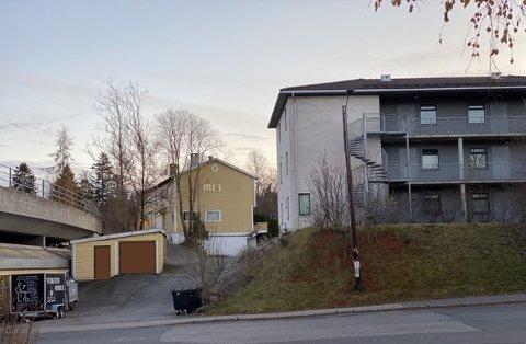 Sandstuveien 41: Det gule huset med hybler ønskes revet for å gi plass til en ny boligblokk med cirka 15 leiligheter. Vi gjør oppmerksom på at vi har fjernet tagging på garasjen.