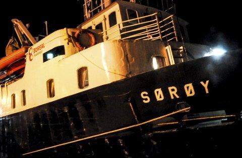 MS «Sørøy»: Klokken 08:15 er mannskapet i gang med å laste av konteinere fra ruten.Alle Foto: KRISTIAN ØSTVIK