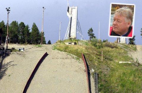 Svein-Erik Danielsen fortviler etter nok et hærverk på hoppanlegget på Sandfallet.