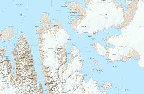 BEDØVET: Bjørnen ble flyttet fra Austfjordnes til Kinnvika. FOTO: Norsk Polarinstitutt (kart)