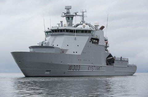 TIL HAVN: «KV Svalbard» følger nå fartøyet til en norsk havn, der saken vil overleveres til politiet.