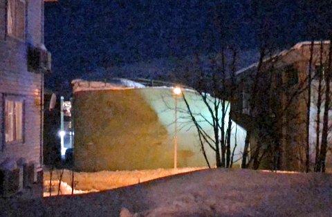 DYNGET NED: Ståltanken var ved 22-tiden mandag kveld i ferd med å kollapse.
