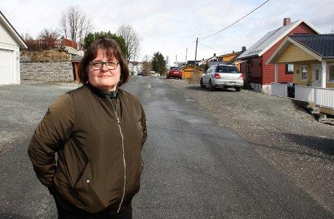 UTÅLMODIG: Beboer Merete Liset håper det snart blir satt opp gatelys i Skagesundvegen. Og kommunen har gode nyheter.