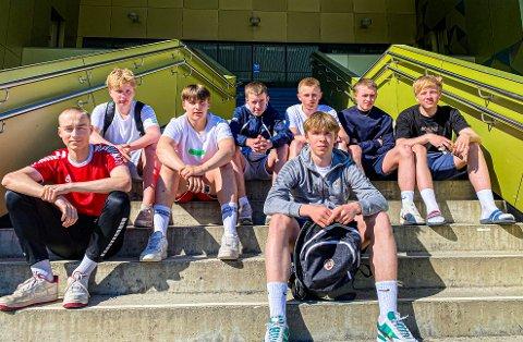 JAKTET TYV: Disse Sommerlyst-elevene forteller om en dramatisk jakt på en telefon-tyv. Fra venstre: Christian Yttergård, Erling Jensen, Konrad Strand, Sander Hammervold, Amund Giæver, Atle Halvorsen, Julian Nitteberg og Ludvik Sivertsen.