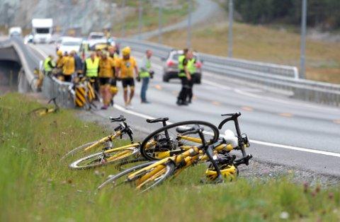 MASSEVELT: På ei bro i Steinkjer veltet flere syklister.