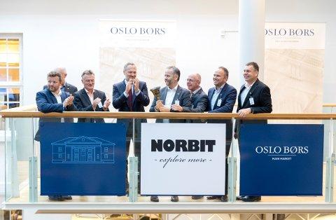 Norbit-direktør Per Jørgen Weisethaunet ringte i bjella for å markere børsnoteringen av Norbit i fjor sommer. Tirsdag passerte han og de andre ansatte i det trønderske teknologiselskapet en ny milepæl.