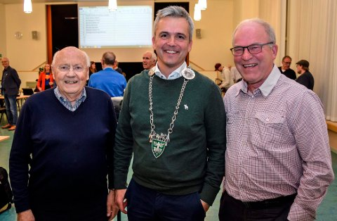 TRE SP-ORDFØRERE: Bror Helgestad (i midten) ble onsdag kveld valgt til ny ordfører i Østre Toten som tidenes tredje ordfører fra Senterpartiet. Hans forgjengere, Tor Finstad (t.v.) og Hans Seierstad, var blant de første til å gratulere.