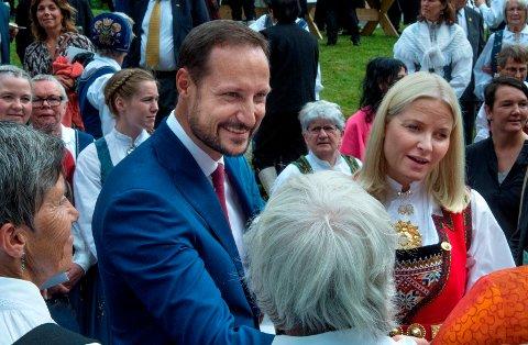 UTENFORSKAP: Kronprins Haakon og Kronprinsesse Mette Marit vil gjennom sitt fond bidra til et prosjekt for å forebygge utenforskap blant ungdom i Søndre Land.