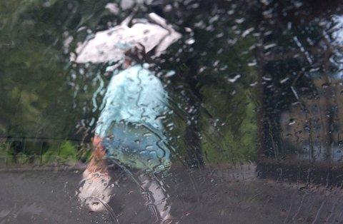 REGNTØY: Mandag må paraply og regntøy fram fra skap og skuffer. (Arkivbilde)