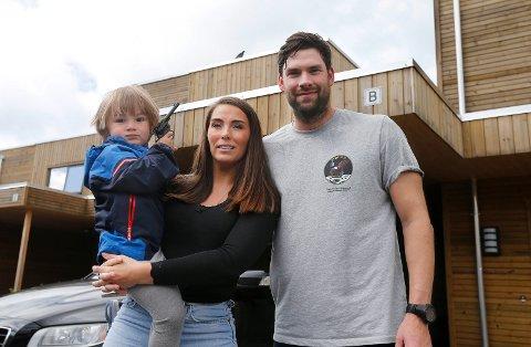 BRYTER FAMILIEIDYLL: Line Otten, Joachim Tjøsvoll og sønnen Wilhelm Otten Tjøsvoll som bor på Mykje blir plaget av kråker som holder til i nabolaget.