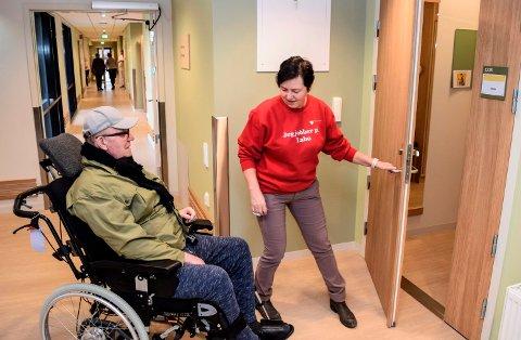 NYTT HJEM: Mads Holje (83) ble ønsket velkomet til sitt nye hjem på Labo av enhetsleder Sonja Henny Tråholt.