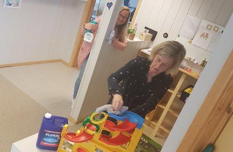 VASKER: De barnehageansatte Anita Stensrud og Ida Kaste vasker leker og inventar i Bjørnsgård barnehage på Kapp.