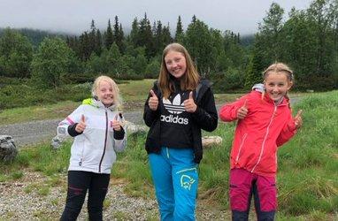 KOS MED CAMP: Linnea Østby Andersen (10), ungdomsleder Julie Klopp Haugen (16) og Christine Rønningen (10) er med på årets første Camp Krokhølen.