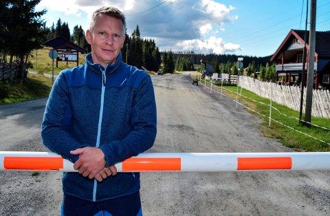 ØKT TRAFIKK: Tendensen over noen år viser at trafikken over åsen har økt, sier allmenningsbestyrer Mats Halvorsrud. Her står han ved bommen ved Torsætra.