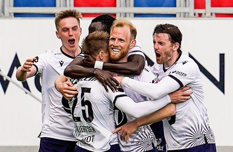 JUBEL: Snorre Strand Nilsen (t.v.) feirer 2-0-målet sammen med lagkamerater i Kristiansund.