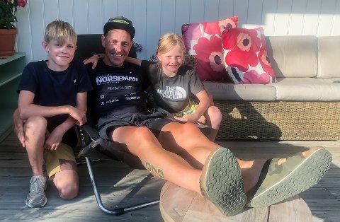 HJEMME IGJEN: Hans Ivar Festad slapper av hjemme på Festad gård samen med sønnen Ole og datteren Liv etter fullført Norseman.