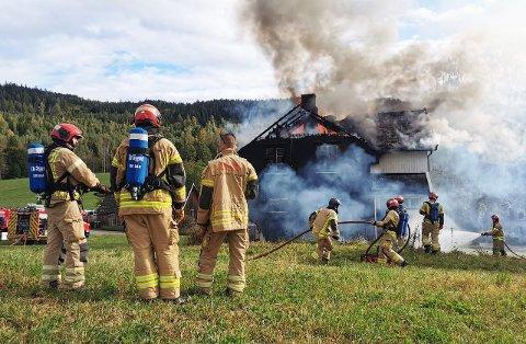 OVERTENT: Det brenner kraftig i et hus i Gran kommune.