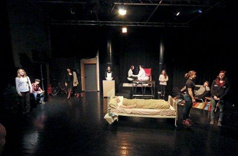 KLARE: Dramaelevene har alt under kontroll før avgangsforestillingen sin. ALLE FOTO: STIG PERSSON