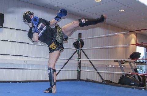 FALT PÅ PLASS: Thomas Malvin Bärnholdt (17) fra Kråkstad har fått gode resultater i kickboksing. Kampsporten endret barndommen hans.Alle foto: Eirin Orset