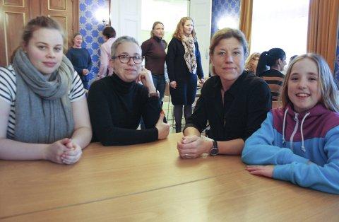 ENGASJERTE: Elin og Marit Fjelde fra Ski svømmeklubb og Mette og Frida Synnerström fra Finstad skole vil gjerne vite mer om flyktningene som kommer til Ski for å finne ut hvordan de kan bidra til at de nyankomne får delta i aktiviteter. FOTO: VIVI RIAN