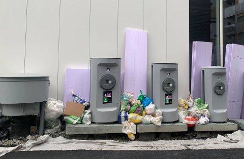 SØPPEL: Når avfallsuget stopper opp som følge av brukerfeil, hoper søplet seg raskt opp rundt innkastsøylene. FOTO: Romerikes blad