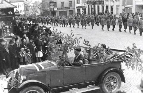 Rolf J. Olsen fikk «æresplass» i baksetet på den flaggprydede bilen i borgertoget i Larvik 17.. mai 1945, for nøyaktig 74 år siden.