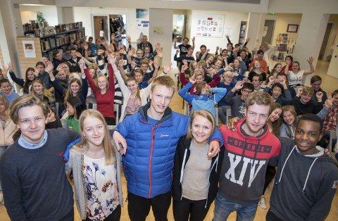 Premieres for god vis-oppførsel: Som ledd i VIS-prosjektet har elevene ved Tjodalyng skole lansert en premieringsordning for elever som oppfører seg i tråd med VIS. Elevrådsleder Alf P. Øygard (16) (t.v.) og Vincent Mukendi (15) (t.h.) utdelte her premier til Betina N. Jensen (15), Sivert Nilsen (14), Kaja Kleppan (14) og Iben Trondsen (16).