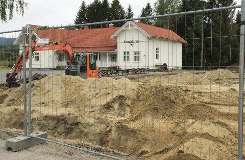 Graver: Ved siden av lokalet til Styrvoll Ungdomslag på Breidablikk er arbeidene med oppføre den nye innendørs skytehallen i gang.