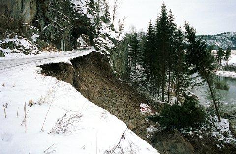 JORD- OG LEIRRAS i Larvik-distriktet. Raset i 1996 som førte til omleggingen av Hedrumveien sør for Sundet og fjerning av tunnellen fra 1913.