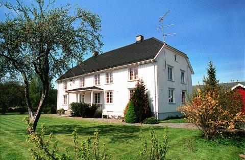 SKOGEN. Våningshuset på Skogen er en fin representent for empiretiden i norsk trehusarkitektur, det vil si første halvdel av 1800-tallet.