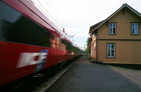 VESTFOLDBANEN NSBs InterCityExpress-tog passerer Lauve stasjon