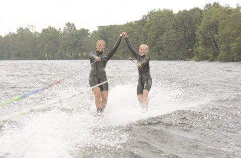 BEST:  Pernille Amalie Eriksen (t.v.) og Eline Elgesem Vang var to av fire deltakere fra Kvelde vannskiklubb i NM i helgen.