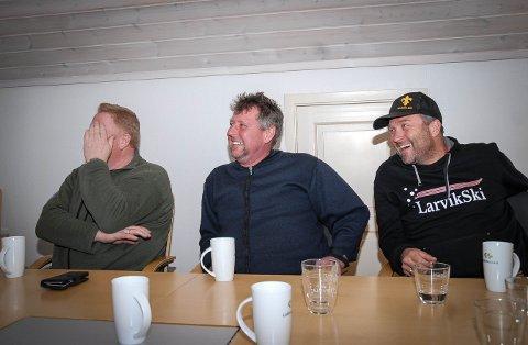 kJAPPE REPLIKKER: For dem er det en vanlig hverdag i Larvik havn. Med et filmteam på nakken har noen av de kjappe kommentarene blitt snappet opp. Erling Kristensen (t.v) og Asbjørn Brathagen (t.h) ler av en av de mange vittige kommentarene til Rune Aalvik. – De la i hvert fall ikke på tekst på deg, spøker de med Rune, som har haugesundsdialekt.