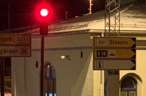 FEIL VEI: Det røde lyset på bildet indikerer ikke at noe er galt, men kan kanskje oppfattes slik av den som vet hvilken retning ferja egentlig er.