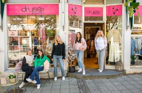 KOSER SEG: De ansatte på Dryss sier de har det skikkelig gøy på jobb. Stemningen smitter nok over på kundene. Nå er de blant finalistene til serviceprisen Best i Larvik. F.v: Mille Bakke (18), Lina Herland Skalleberg (21), Astri Bache (18), Anine Ringdal (21) og eier og driver Line Jørgensen Bakke.