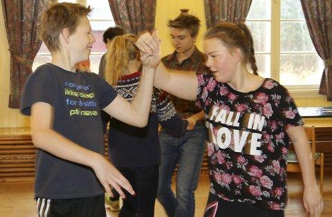 Konsentrerte: Jens Svenkerud og Maria Finstad er konsentrerte på dansegulvet under svingkurset.Alle foto: sverre viggen