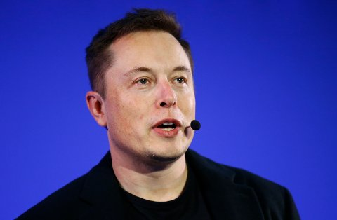 STORELG-FAN: Telsa-gründer Elon Musk slår et slag for Norge og Østerdalen. Fredag delte han Storelgen på Twitter. – En fantastisk elgskulptur, slår han fast.