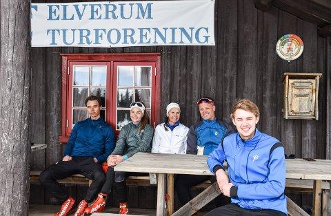 SKITUR PÅ FLISHØGDA, TOK PAUSE PÅ ROGSTADBAKKVOLLEN: Fra venstre: Fredrik (23), Ingrid (21), Hege og Erik Myrvang. Foran: Vegard Nordhagen.