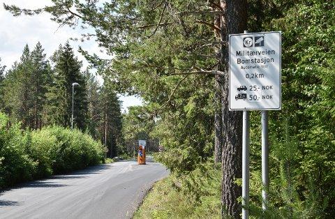 BOMVEG: Innkjøringen til den private bomvegen fra øst.